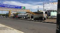 Pipa con gasolina y camión de volteo chocan de frente