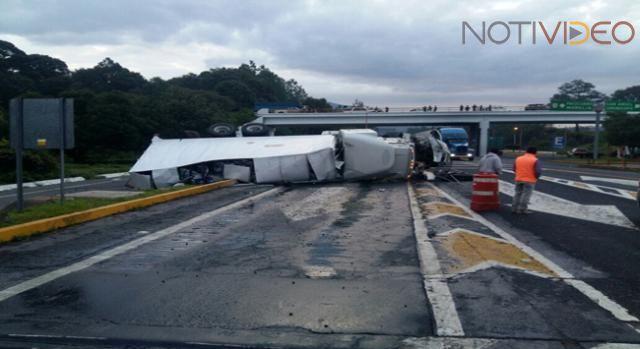 Vuelca camión en la Siglo XXI; chofer evitó impactarse contra caseta